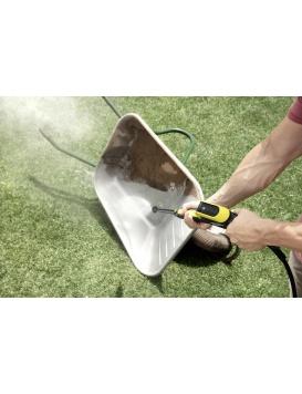 Nettoyeur haute pression Karcher K4 FC nettoyant une brouette